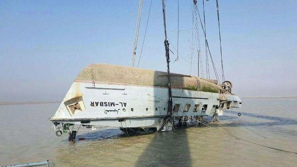 رجال الإنقاذ ينتشلون جثث بحارة عراقيين قضوا في غرق سفينة