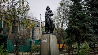 11  imaginative ways Ukraine has dealt with historic statues
