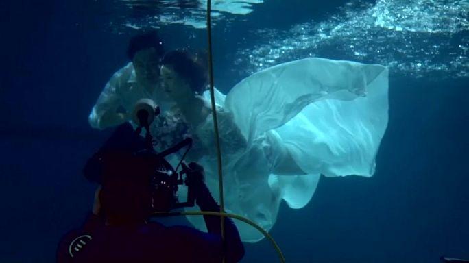 """بالفيديو.. """"الزواج تحت الماء"""" آخر الصيحات في الصين"""
