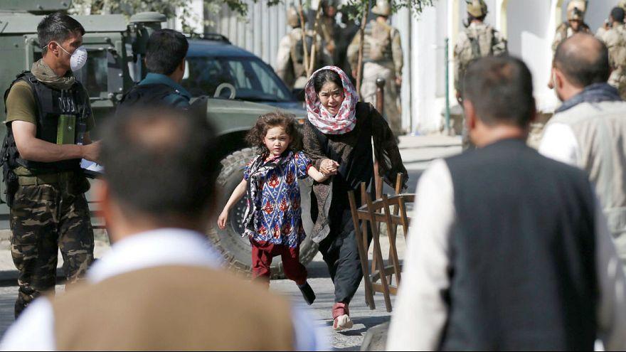 داعش يستهدف مسجدا للمسلمين الشيعة في العاصمة الأفغانية ومقتل العشرات