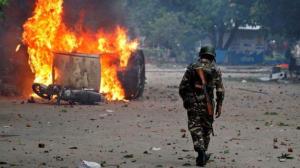 شاهد: اشتباكات في اعقاب إدانة زعيم روحي بتهمة الاغتصاب في الهند