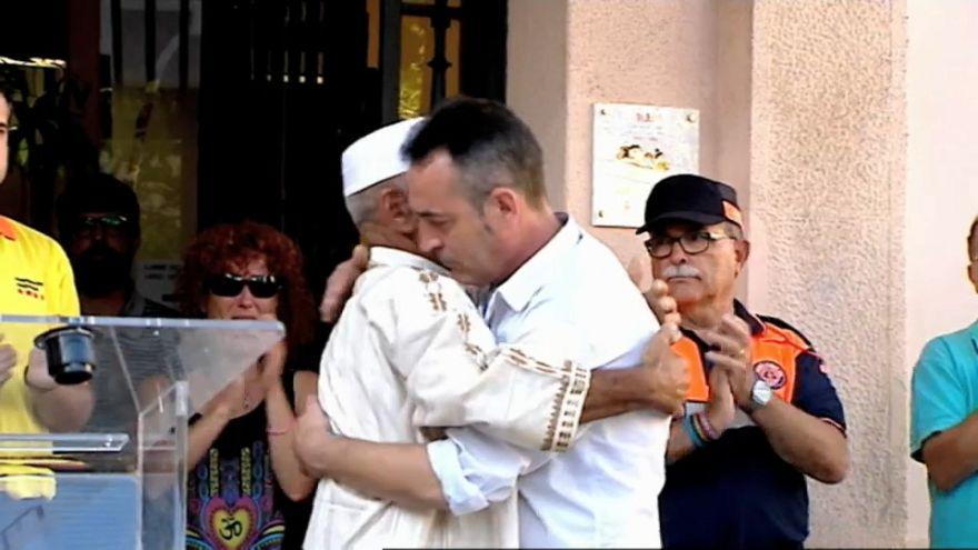 El impresionante abrazo del padre de un niño fallecido en las Ramblas a un imán