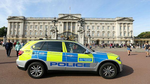 الشرطة البريطانية: اعتقال رجل خارج قصر بكنغهام ومعه سكين وإصابة ضابطين