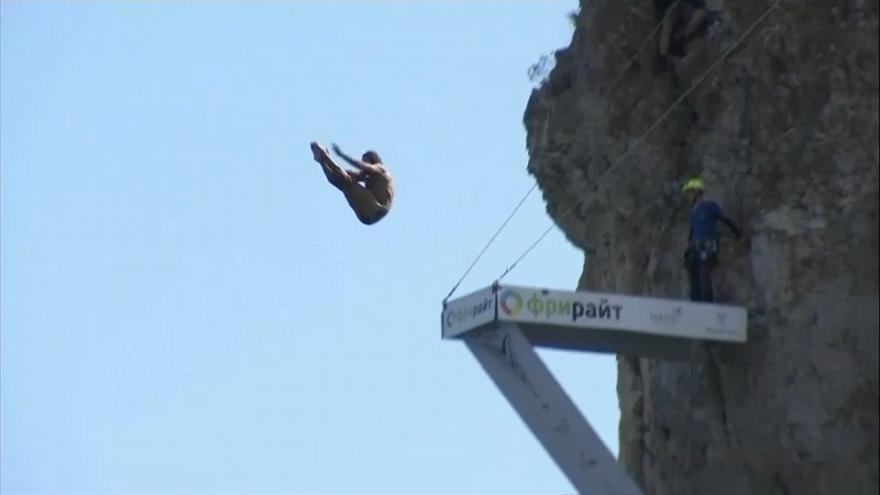 """بالفيديو: بطولة العالم لرياضة """"غوص الجرف"""" في شبه جزيرة القرم"""