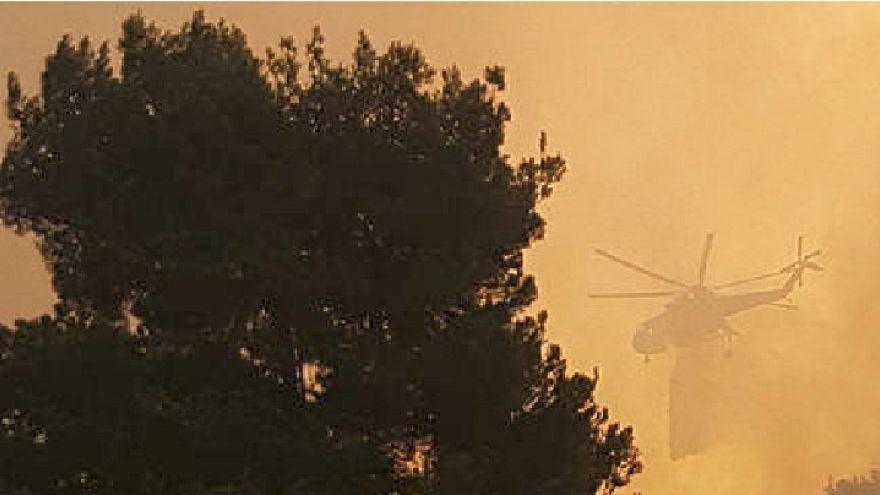 Ζάκυνθος: Μαίνεται η πυρκαγιά στο χωριό Μαριές