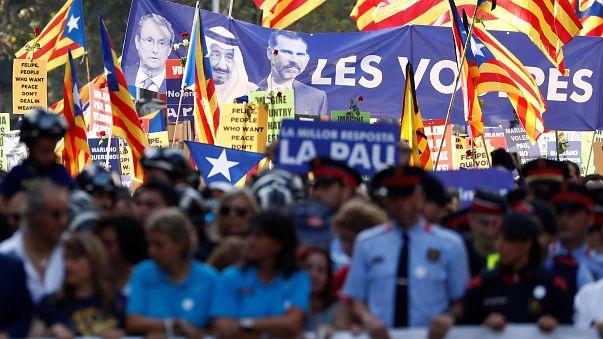"""مظاهرة برشلونة :نصف مليون شخص يرددون """"لست خائفا"""""""