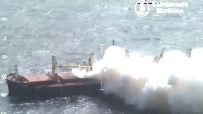El humo deja de salir del buque británico Cheshire