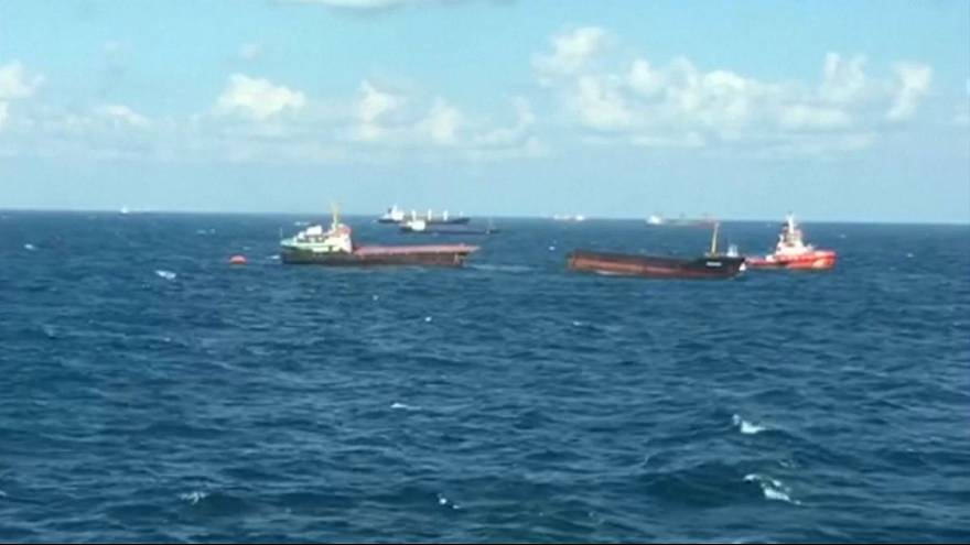 Un buque partido en dos frente a la costa noroeste de Turquía