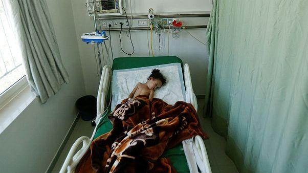 کودک خردسال یمنی همه خانوادهاش را در بمباران از دست داد