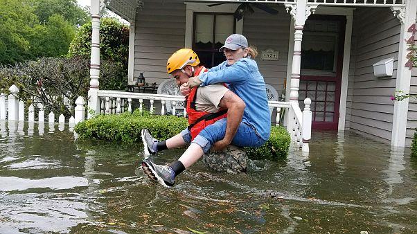 Teksas'ta zorlu kurtarma çalışmaları