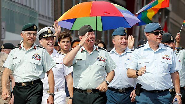 في سابقة تاريخية رئيس اركان كندا يشارك في مسيرة للمثليين