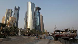 """""""نظرة مستقبلية سلبية"""" للاقتصاد القطري في ظلّ الأزمة"""