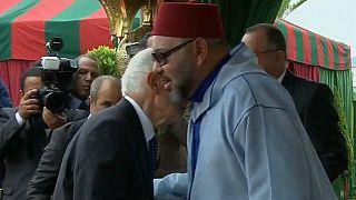 هل تتجه المغرب إلى إلغاء طقس تقبيل يدّ الملك؟