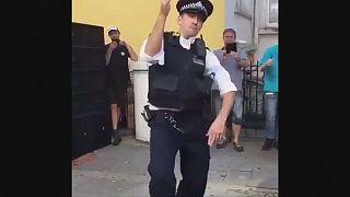 Táncoló rendőr Londonban