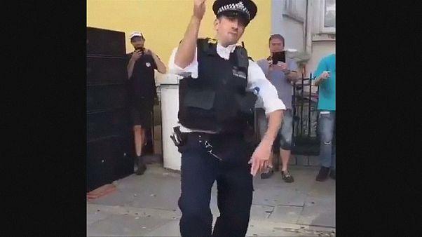 Un policía con alma de bailarín en el carnaval de Notting Hill
