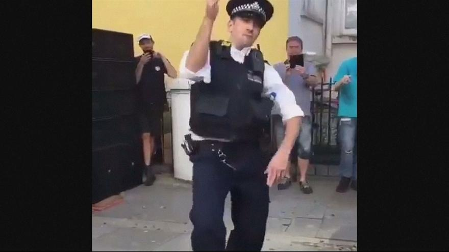 Dancing police officer wows crowd with his moves at Notting Hill Carnival