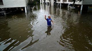 Hüfttief unter Wasser: Einwohner der Stadt Houston müssen ihre Häuser verlassen