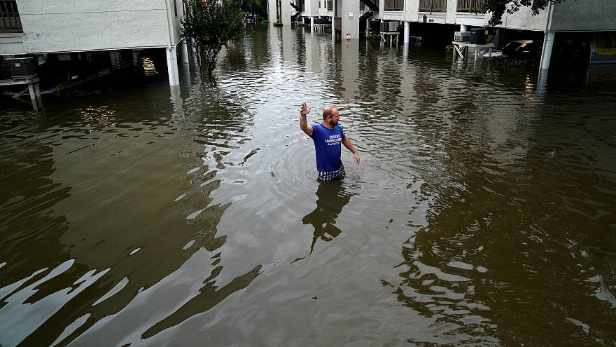 Evacúan a los afectados por las inundaciones en Houston