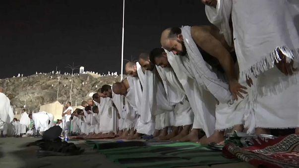 ضيوف الرحمن يتوافدون على جبل عرفات لأداء الركن الاعظم من الحج