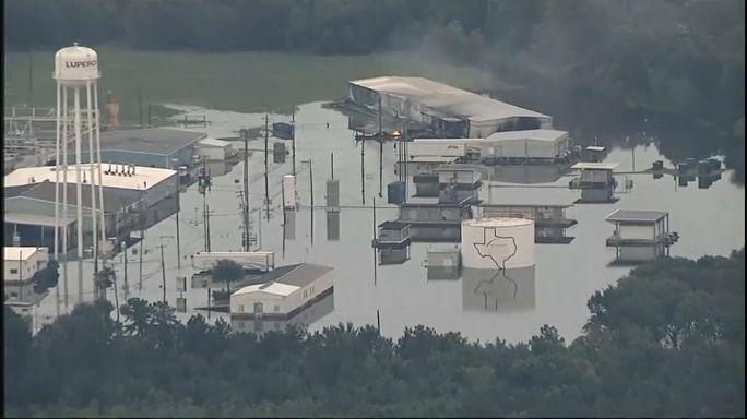 Техас: взрывы на затопленном химическом заводе