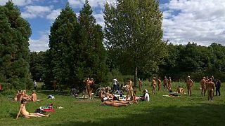 شاهد: افتتاح منطقة خاصة بالعراة في متنزه عام بباريس