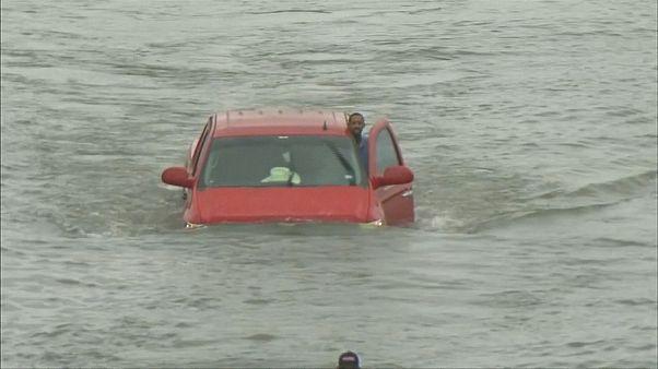 Militares socorrem pessoas fechadas em casa devido às inundações no Texas