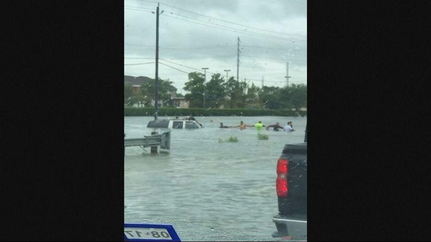 Houston: Menschenkette rettet Mann aus sinkendem Auto