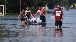 إنقاذ الآلاف.. وترامب يتبرع بمليون دولار لضحايا هارفي