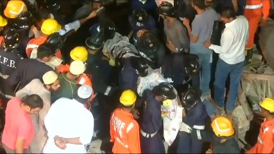 Aumenta el número de víctimas en el derrumbe de Bombay