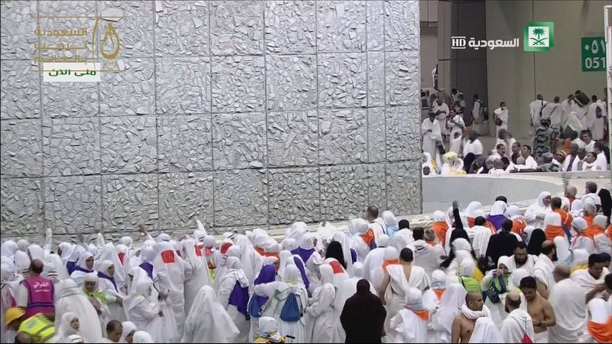 Thousands of Muslims carry out 'stoning of the devil' ritual