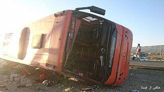 واژگونی اتوبوس حامل دانشآموزان در داراب؛ ۱۲ کشته، ۳۵ زخمی