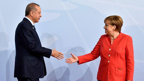 """Merkel pede """"travão"""" nas relações com Ancara"""