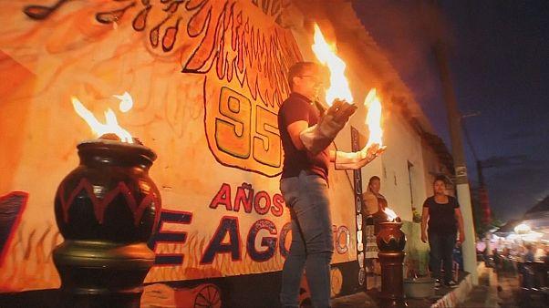 Traditionnelle bataille de boules de feu à Nejapa au Salvador