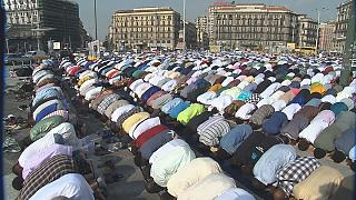 ألاف المصلين يؤدون صلاة العيد في ساحة غاريبالدي بنابولي