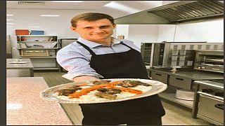 سفير بريطانيا بالقاهرة يطبخ فتة باللحمة في العيد
