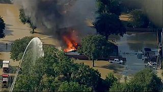 Пожар при наводнении в Хьюстоне