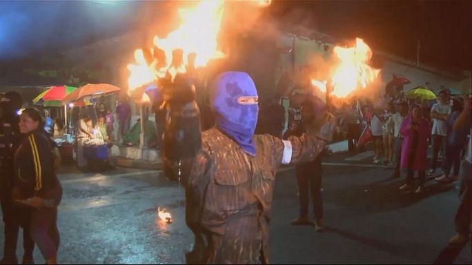 """""""Guerra"""" de bolas de fogo em El Salvador"""