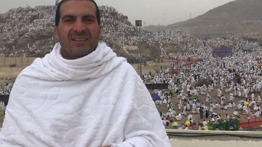 """الداعية عمرو خالد يصف حاجا بالسخيف بسبب شارة """"رابعة"""""""