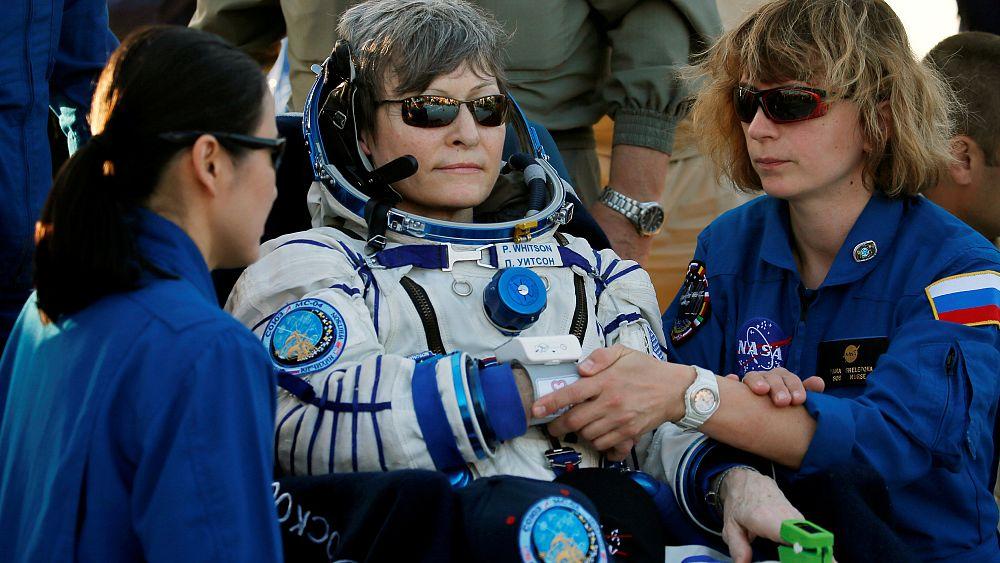 пустыне сахара, астронавт пегги уитсон фото наряду флагом