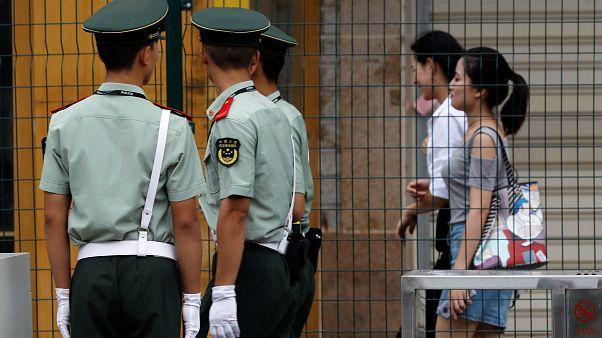 [بالفيديو] شرطي يطرح سيدة وطفلتها أرضا ويضربها بقوة ويشعل الرأي العام في الصين
