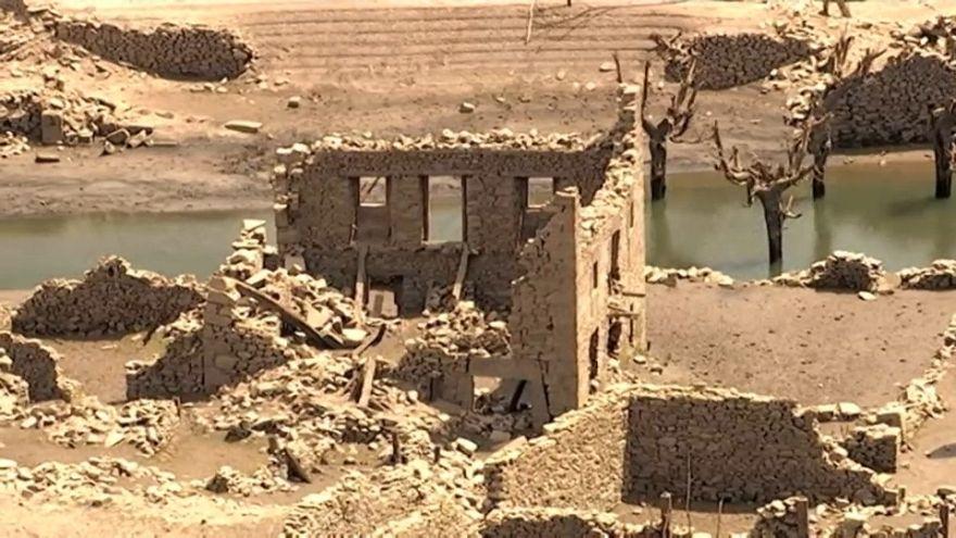 """قرية """"منسية"""" تظهر بعد جفاف مياه بحيرة شمال إسبانيا"""