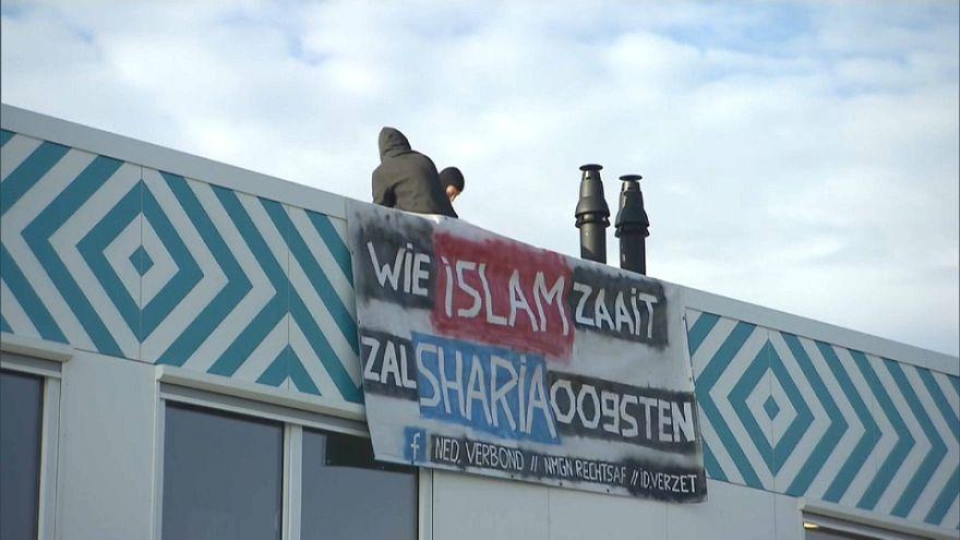 """""""من يزرع الإسلام يحصد الشريعة"""" هولنديان يحتجان على افتتاح مدرسة إسلامية في أمستردام"""