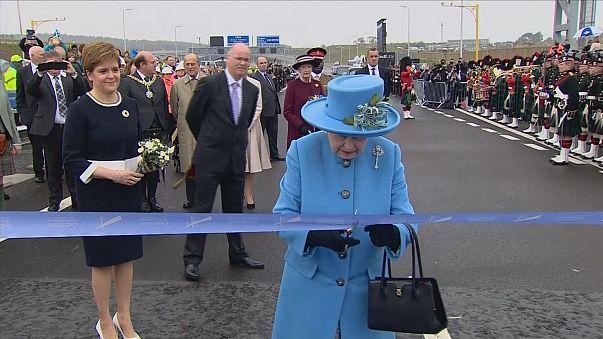 La reina Isabel II inaugura el segundo puente sobre el río Forth