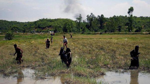 Folyóban úszva, mocsárvidéken menekülnek a mianmari muzulmánok
