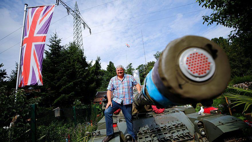 Gegen Brexit: Panzer im Garten