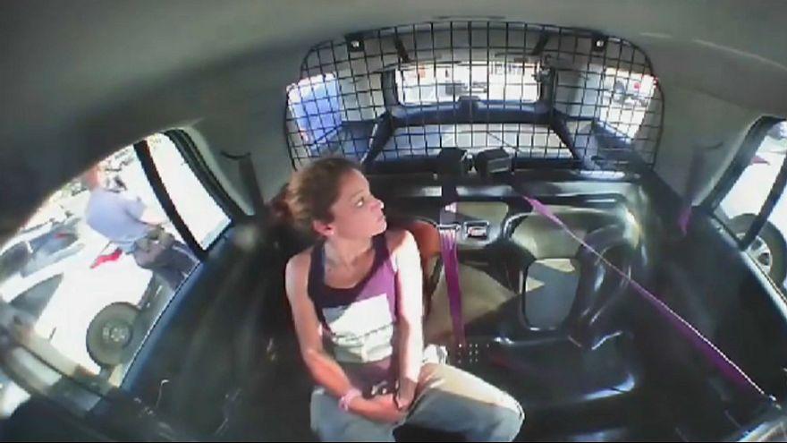 Elleri kelepçeli kadın polis arabasını çaldı