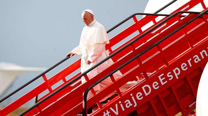 Papa Francesco arriva in Colombia nel nome della pace