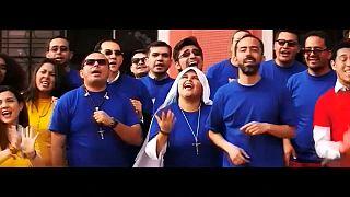 """شاهد: راهبة """"الراب"""" الكولومبية كيف تستقبل البابا؟"""