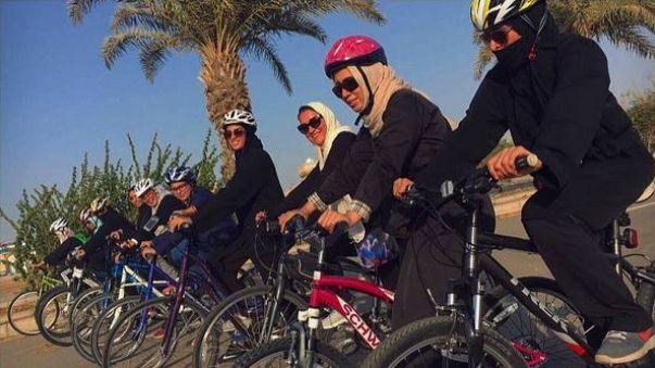 فتيات سعوديات ينطلقن بالدراجات الهوائية في شوارع جدة