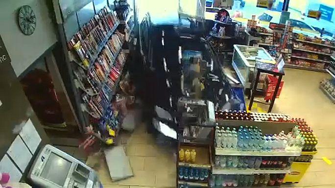 77-Jähriger fährt in drei Anläufen in Tankstelle